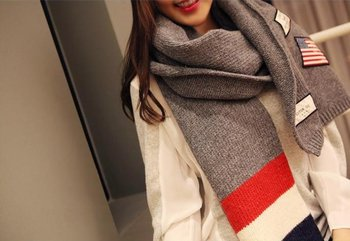 M.O.I - Dikke gestreepte donkergrijze winter sjaal met patches